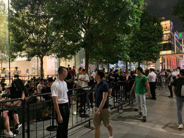 Từ Singapore: Cô gái Việt số thứ tự 01 kể hành trình xếp hàng 30 tiếng săn iPhone - Ảnh 3.