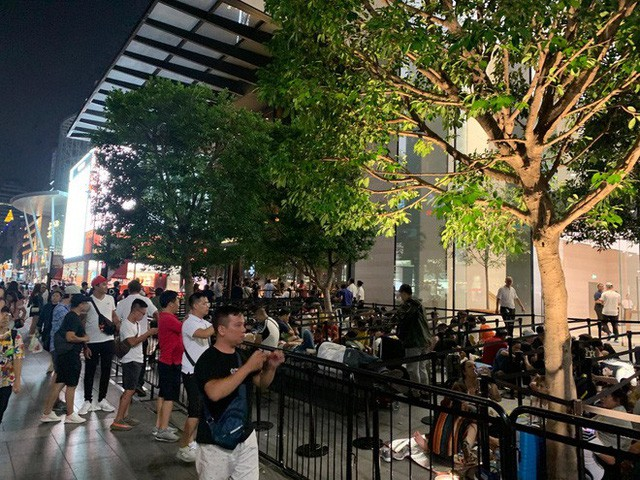 Từ Singapore: Cô gái Việt số thứ tự 01 kể hành trình xếp hàng 30 tiếng săn iPhone - Ảnh 4.