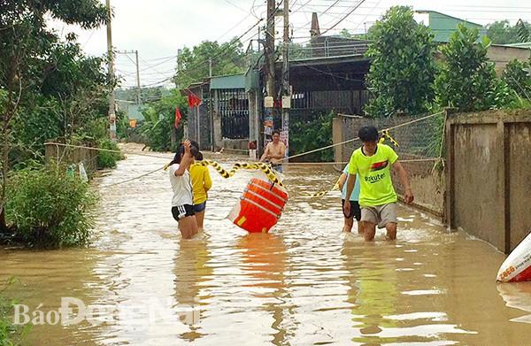 Đồng Nai mưa lớn ngập hàng trăm ngôi nhà, 1 người chết do lũ cuốn - Ảnh 7.