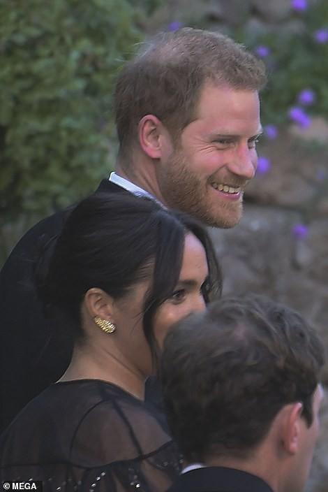 Chạm trán với con gái Tổng thống Mỹ, Meghan Markle chơi sang diện váy gần 300 triệu đi ăn cưới giữa rừng ngôi sao nhưng vẫn bị chê tơi tả - Ảnh 2.