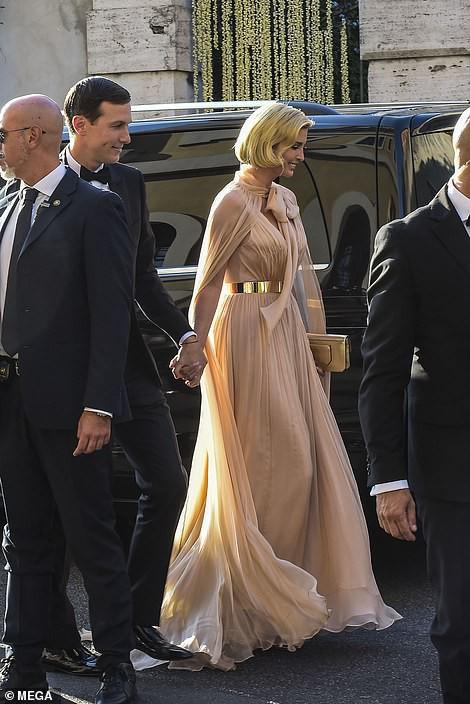 Chạm trán với con gái Tổng thống Mỹ, Meghan Markle chơi sang diện váy gần 300 triệu đi ăn cưới giữa rừng ngôi sao nhưng vẫn bị chê tơi tả - Ảnh 12.