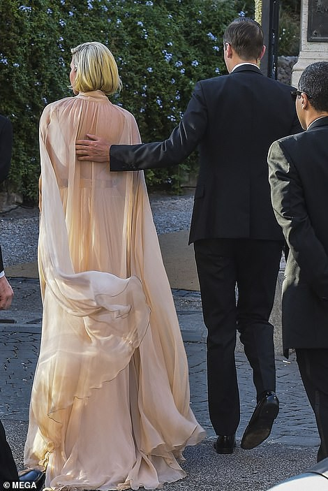 Chạm trán với con gái Tổng thống Mỹ, Meghan Markle chơi sang diện váy gần 300 triệu đi ăn cưới giữa rừng ngôi sao nhưng vẫn bị chê tơi tả - Ảnh 13.