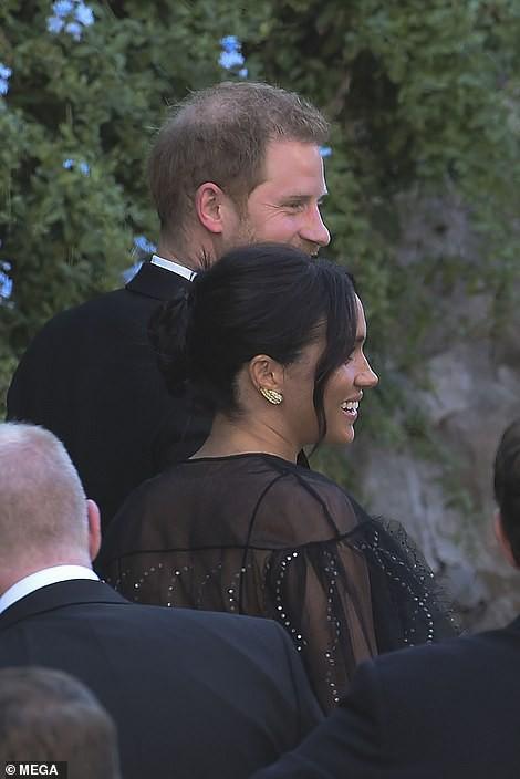 Chạm trán với con gái Tổng thống Mỹ, Meghan Markle chơi sang diện váy gần 300 triệu đi ăn cưới giữa rừng ngôi sao nhưng vẫn bị chê tơi tả - Ảnh 3.