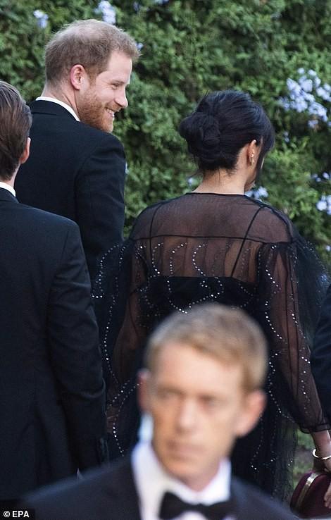 Chạm trán với con gái Tổng thống Mỹ, Meghan Markle chơi sang diện váy gần 300 triệu đi ăn cưới giữa rừng ngôi sao nhưng vẫn bị chê tơi tả - Ảnh 5.