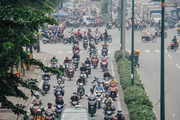 Ảnh: Sài Gòn bị bao phủ một màu trắng đục từ sáng đến trưa, người dân cay mắt khi đi ngoài trời - Ảnh 8.