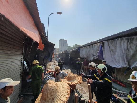 Cháy chợ Tó ở Đông Anh, khu ki-ốt ngàn m2 giữa chợ bị thiêu rụi - Ảnh 8.