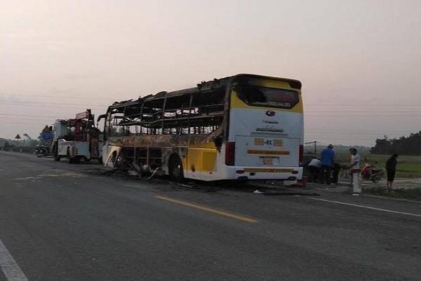 Xe khách 2 tầng bốc cháy ngùn ngụt khi đang chở khách qua Hà Tĩnh - Ảnh 2.