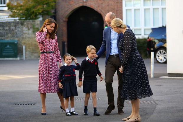 Khám phá ngôi trường hoàng tử, công chúa Anh theo học: Hé lộ dịch vụ đưa đón xe buýt và suất ăn hấp dẫn - Ảnh 1.