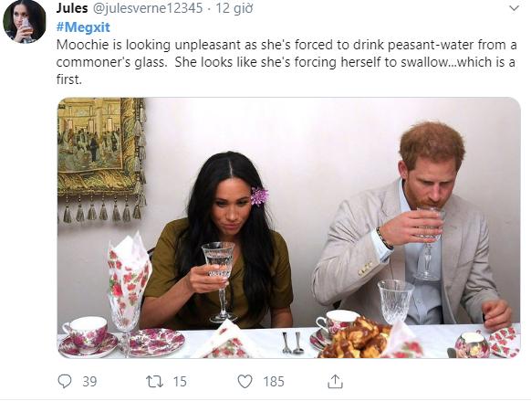 Hé lộ 2 bức ảnh HOT nhất của vợ chồng Meghan Markle với biểu cảm khó đỡ trong chuyến công du, trở thành đề tài mỉa mai của dư luận - Ảnh 1.