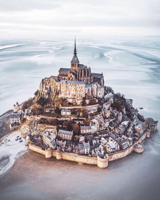 Hòn đảo cổ tích Mont Saint Michel: Hot không thua kém gì tháp Eiffel, thuộc top 3 địa điểm check-in ảo diệu nhất tại Pháp - Ảnh 1.