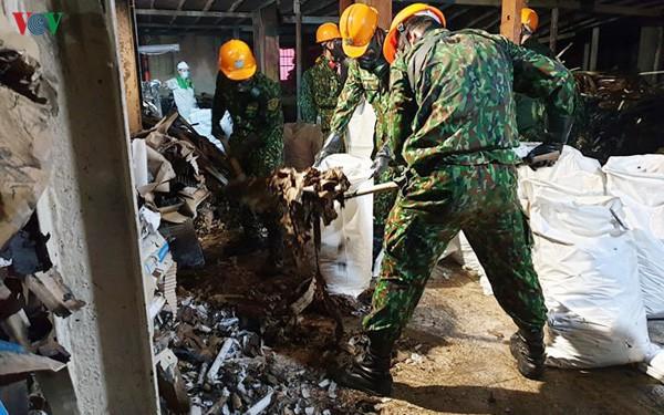 Đã vệ sinh, tẩy độc 3.000m2 mặt sàn nhà kho Công ty Rạng Đông - Ảnh 1.