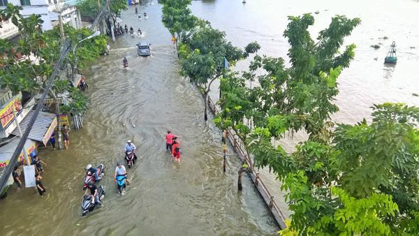 Mưa lớn kết hợp triều cường, nhiều con đường Sài Gòn thành 'sông' - Ảnh 1.