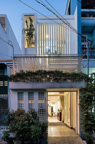 Nhà được thiết kế hệ lam trước mặt tiền và cây xanh để thoáng, chống nóng.