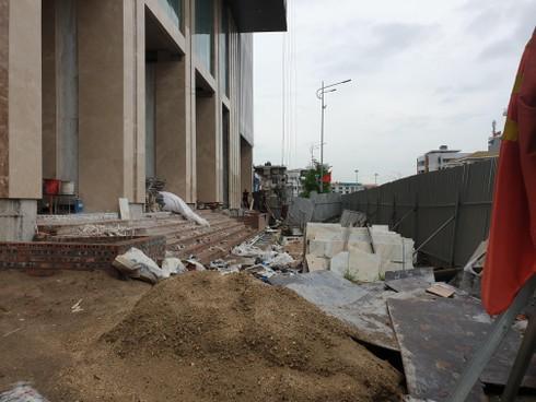 Cao ốc xây vượt giấy phép nằm giữa trung tâm TP Hạ Long: Thiếu biện phạm xử lý!? - Ảnh 2.