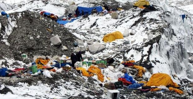 Nepal chính thức cấm mang nhựa lên Everest - bước đầu giải quyết hàng tấn rác chất thành núi trên nóc nhà của thế giới - Ảnh 2.