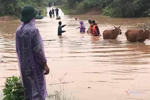 Mưa lớn suốt 2 ngày, thủy điện xả lũ, hàng trăm dân Hà Tĩnh bị cô lập - Ảnh 13.