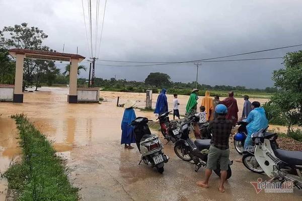 Mưa lớn suốt 2 ngày, thủy điện xả lũ, hàng trăm dân Hà Tĩnh bị cô lập - Ảnh 4.