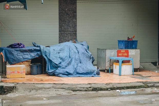 Một tuần sau vụ cháy kho Rạng Đông: Người dân sống cùng khẩu trang nhưng chợ cóc, quán ăn vẫn tấp nập như trước - Ảnh 14.