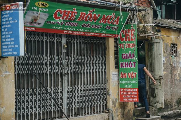 Một tuần sau vụ cháy kho Rạng Đông: Người dân sống cùng khẩu trang nhưng chợ cóc, quán ăn vẫn tấp nập như trước - Ảnh 16.