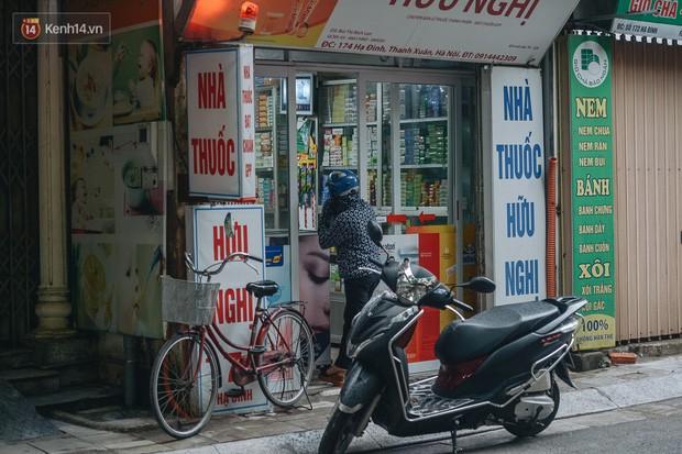 Một tuần sau vụ cháy kho Rạng Đông: Người dân sống cùng khẩu trang nhưng chợ cóc, quán ăn vẫn tấp nập như trước - Ảnh 17.