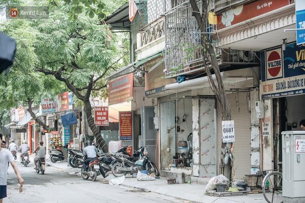 Một tuần sau vụ cháy kho Rạng Đông: Người dân sống cùng khẩu trang nhưng chợ cóc, quán ăn vẫn tấp nập như trước - Ảnh 18.