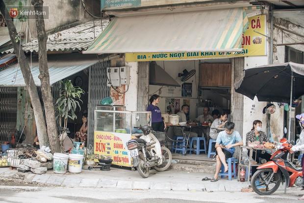 Một tuần sau vụ cháy kho Rạng Đông: Người dân sống cùng khẩu trang nhưng chợ cóc, quán ăn vẫn tấp nập như trước - Ảnh 3.