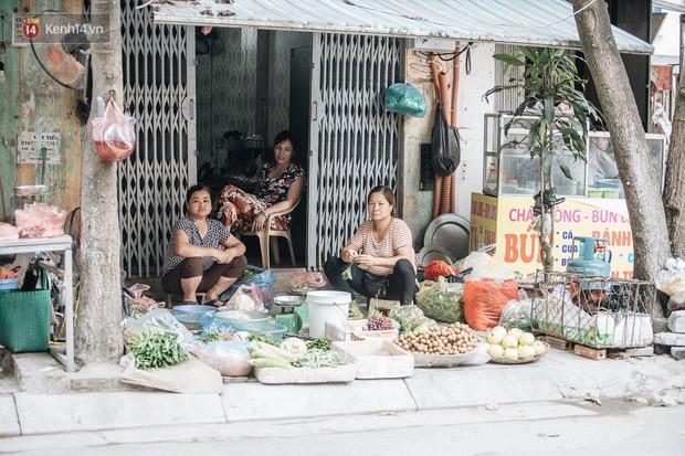 Một tuần sau vụ cháy kho Rạng Đông: Người dân sống cùng khẩu trang nhưng chợ cóc, quán ăn vẫn tấp nập như trước - Ảnh 9.