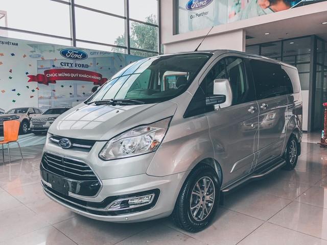 Ford Tourneo bản thương mại ồ ạt về đại lý, giá dự kiến rẻ hơn Kia Sedona - Ảnh 1.