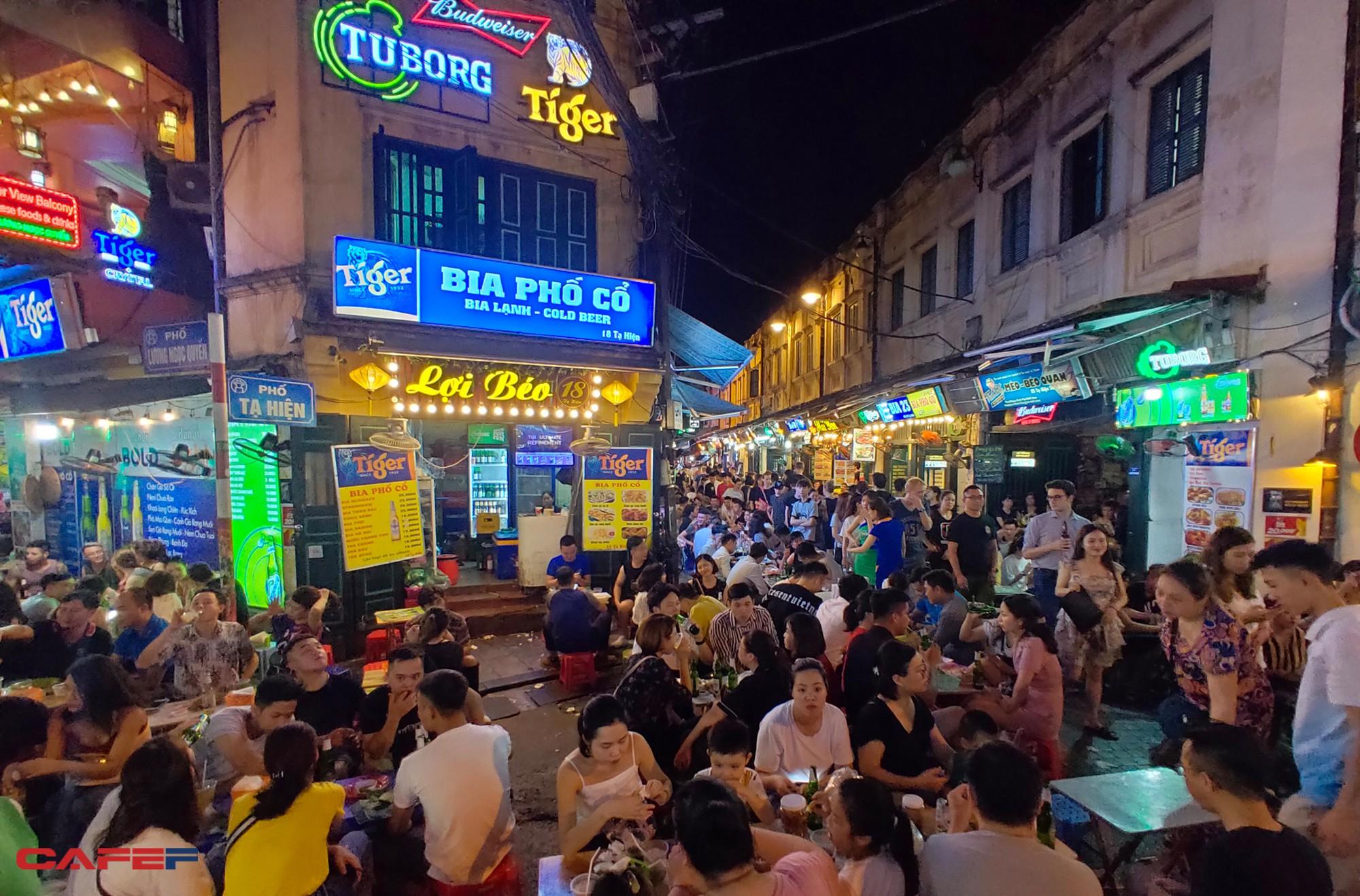 """Kinh tế về đêm nhìn từ """"chiến tranh bia"""" trên phố cổ Hà Nội - Ảnh 6."""