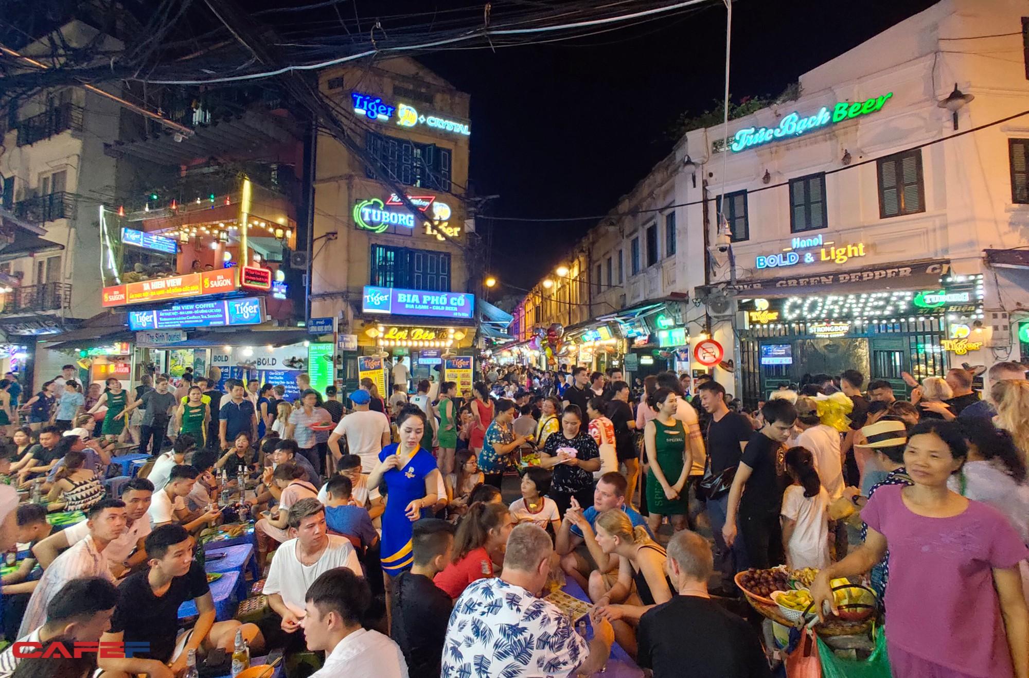 """Kinh tế về đêm nhìn từ """"chiến tranh bia"""" trên phố cổ Hà Nội - Ảnh 8."""