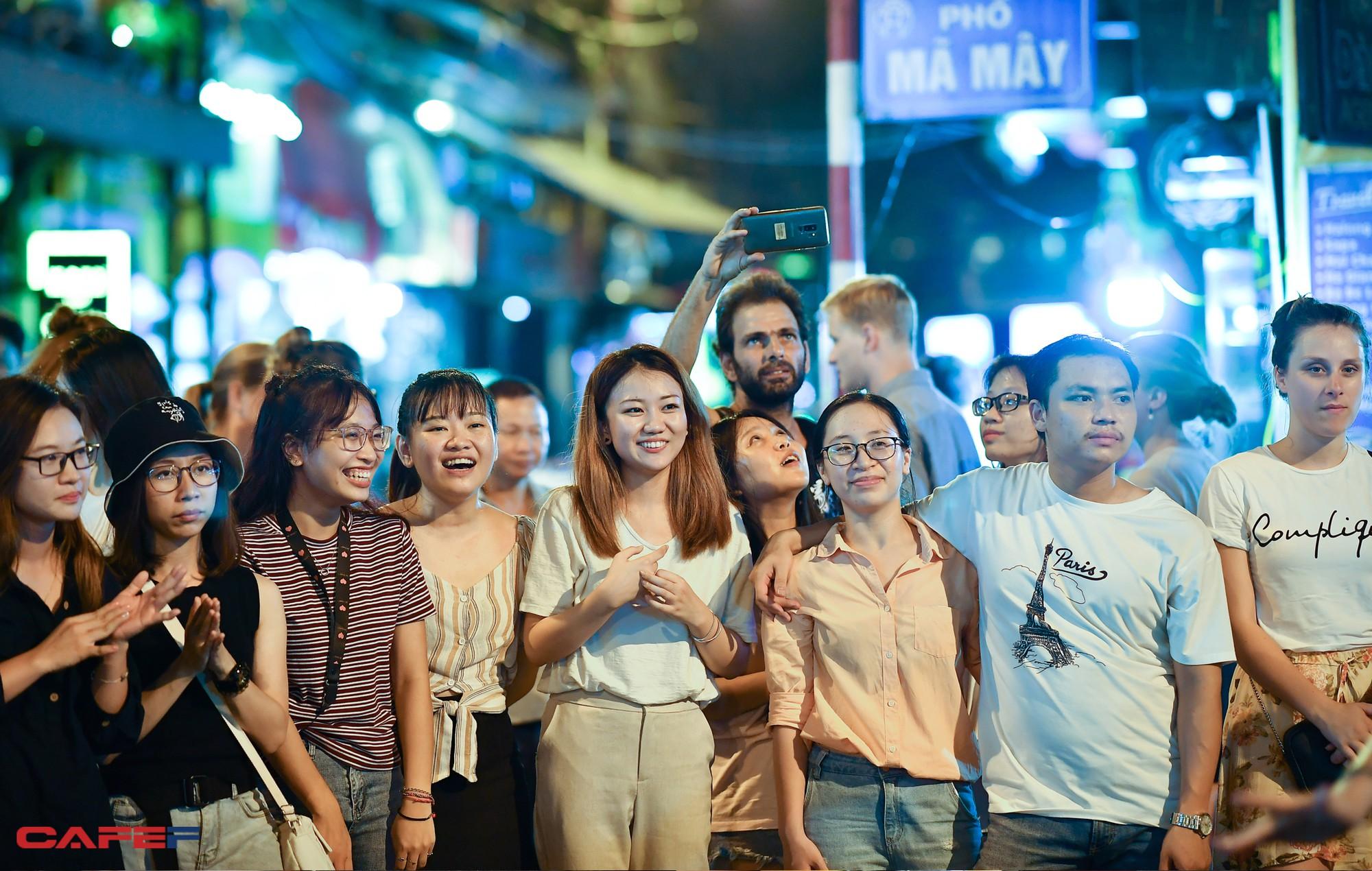 """Kinh tế về đêm nhìn từ """"chiến tranh bia"""" trên phố cổ Hà Nội - Ảnh 14."""