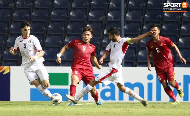 Bùi Tiến Dũng khiến các fan phát sốt với pha cản phá cực đẳng cấp, khiến cầu thủ U23 Jordan ngẩn ngơ tiếc nuối - Ảnh 3.