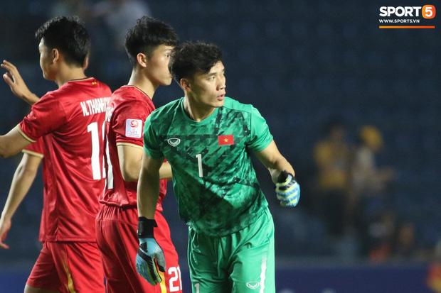 Bùi Tiến Dũng khiến các fan phát sốt với pha cản phá cực đẳng cấp, khiến cầu thủ U23 Jordan ngẩn ngơ tiếc nuối - Ảnh 8.