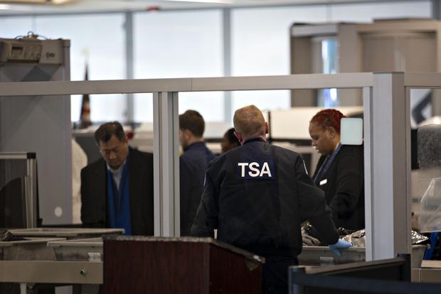 Tại sao không nên… ngáp khi đi qua cổng an ninh ở sân bay? Hành động nhỏ nhưng hậu quả cực kỳ nghiêm trọng! - Ảnh 1.
