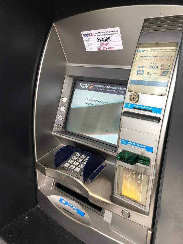 Công nhân khu công nghiệp chen chúc xếp hàng chờ rút tiền tại ATM - Ảnh 2.