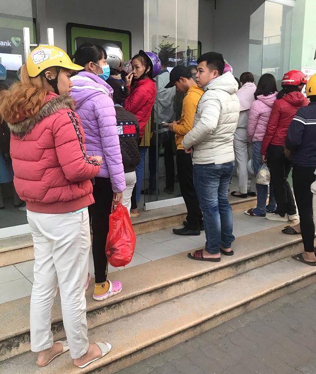 Công nhân khu công nghiệp chen chúc xếp hàng chờ rút tiền tại ATM - Ảnh 1.