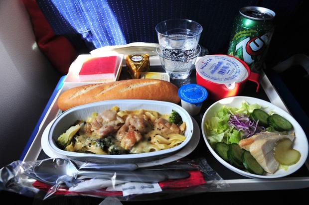 Nhìn phát thèm với suất ăn của các hãng bay trên thế giới, có hãng còn phục vụ cả tôm hùm hoành tráng như nhà hàng 5 sao - Ảnh 2.