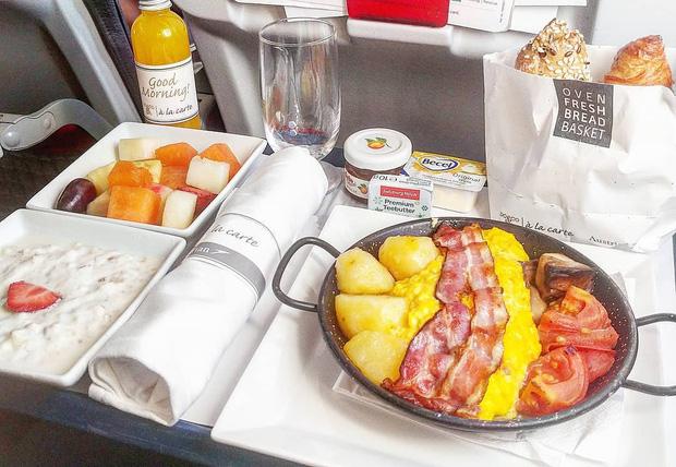 Nhìn phát thèm với suất ăn của các hãng bay trên thế giới, có hãng còn phục vụ cả tôm hùm hoành tráng như nhà hàng 5 sao - Ảnh 3.