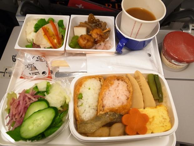 Nhìn phát thèm với suất ăn của các hãng bay trên thế giới, có hãng còn phục vụ cả tôm hùm hoành tráng như nhà hàng 5 sao - Ảnh 13.