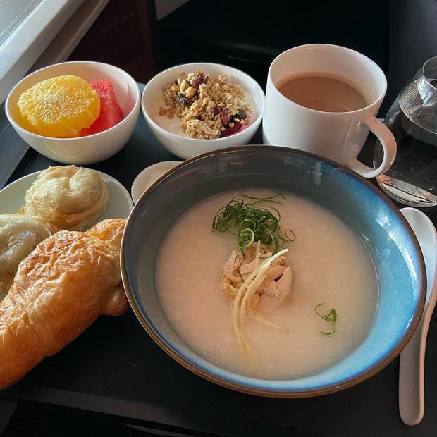 Nhìn phát thèm với suất ăn của các hãng bay trên thế giới, có hãng còn phục vụ cả tôm hùm hoành tráng như nhà hàng 5 sao - Ảnh 5.