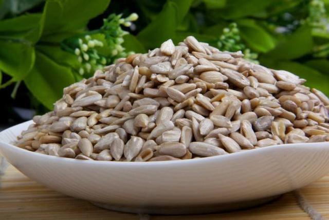 Chuyên gia dinh dưỡng cảnh báo không ăn hạt hướng dương theo 2 cách này vì có thể gây hại cho sức khỏe - Ảnh 1.