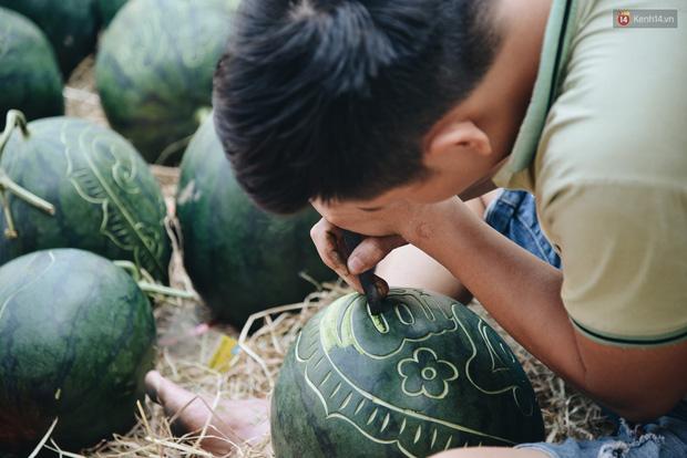 Anh thợ điêu khắc gỗ kiếm hàng triệu đồng mỗi ngày nhờ khắc dưa hấu bán dịp Tết ở Sài Gòn - Ảnh 2.