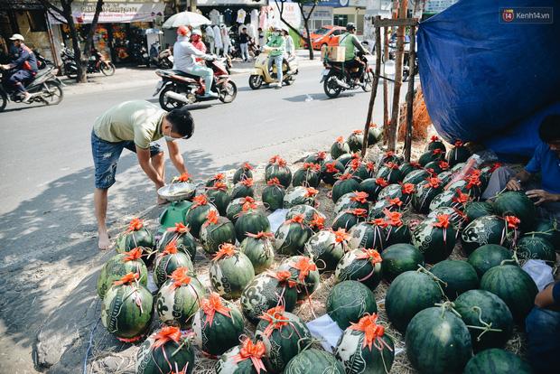 Anh thợ điêu khắc gỗ kiếm hàng triệu đồng mỗi ngày nhờ khắc dưa hấu bán dịp Tết ở Sài Gòn - Ảnh 8.