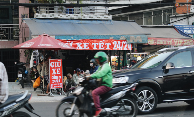 Dịch vụ giữ xe máy xuyên Tết cho người dân rời Sài Gòn về quê hốt tiền triệu mỗi ngày - Ảnh 1.