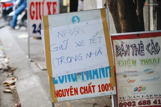 Dịch vụ giữ xe máy xuyên Tết cho người dân rời Sài Gòn về quê hốt tiền triệu mỗi ngày - Ảnh 2.