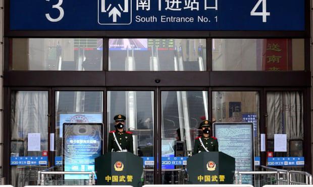 """Người dân Vũ Hán lo sợ khi bệnh viện quá tải: """"Virus truyền nhiễm có thể đang ở ngay bên cạnh mà bạn không biết""""  - Ảnh 1."""