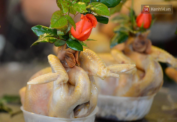 Người dân Hà Nội chen chúc mua gà luộc xôi gấc giá gần 1 triệu để cúng giao thừa, người bán sắp lễ không ngớt tay - Ảnh 2.