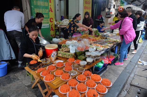 Người dân Hà Nội chen chúc mua gà luộc xôi gấc giá gần 1 triệu để cúng giao thừa, người bán sắp lễ không ngớt tay - Ảnh 11.