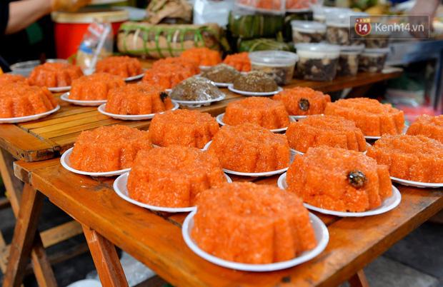 Người dân Hà Nội chen chúc mua gà luộc xôi gấc giá gần 1 triệu để cúng giao thừa, người bán sắp lễ không ngớt tay - Ảnh 12.