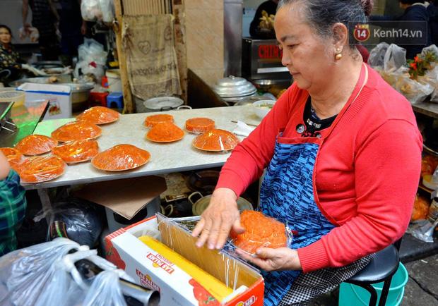 Người dân Hà Nội chen chúc mua gà luộc xôi gấc giá gần 1 triệu để cúng giao thừa, người bán sắp lễ không ngớt tay - Ảnh 13.